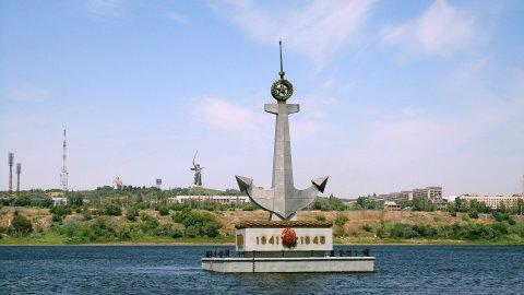 Плавучий памятник спустили на воду раньше времени