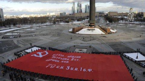 У музея развернут огромную копию Знамени Победы