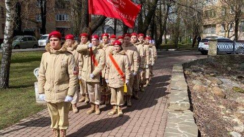 Парад для ветеранов: столичные юнармейцы поздравляют фронтовиков с 76-ой годовщиной Победы